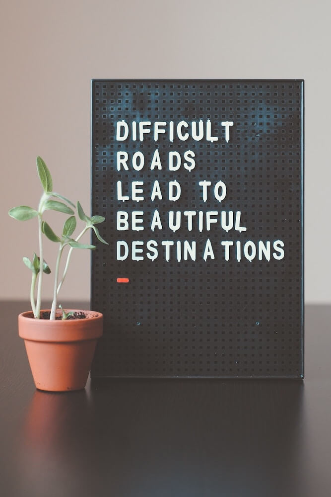 Schild Aufsteller Difficult Roads lead to beautiful Destinations